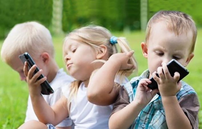 trẻ nhỏ sẽ chậm phát triển nếu sử dụng nhiều các thiết bị điện tử