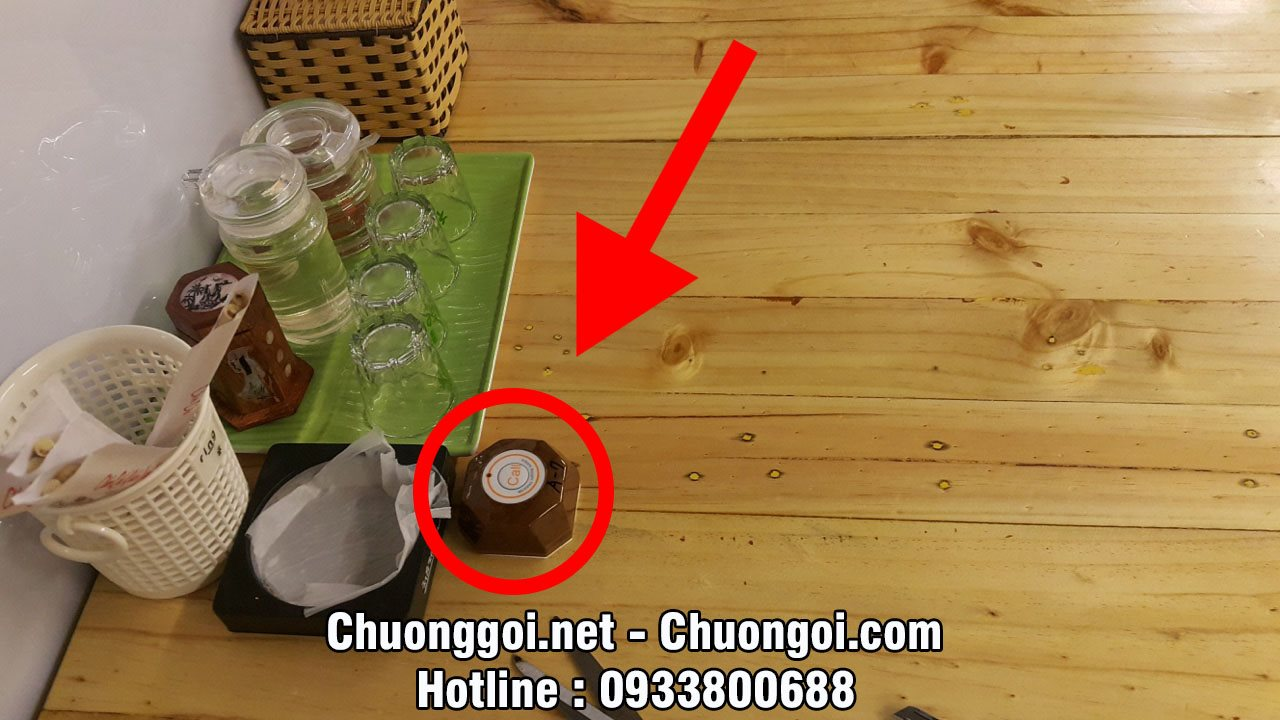 vị trí lắp đặt nút chuông gọi phục vụ tại bàn của khách